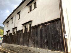 雰囲気のある建物と思ったら、鞆の津の商家(市指定重要文化財)の南側壁面でした。 土・日曜日,祝日のみ 10時00分~16時00分 無料見学できるようです。 金曜日だし、開館前の時間だしでWアウト、残念。 https://www.city.fukuyama.hiroshima.jp/soshiki/bunka/64105.html