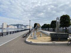 海沿いにあるヴェルニー公園。 かつて対岸にあった横須賀製鉄所を建設したフランス人技師ヴェルニーの名前を取った公園だそうです。