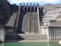 このコンクリートの巨体建造物が、三保ダム本体と思われがちなんですが、実態を申しますと、三保ダムは'中央土質遮水壁型ロックフィルダム'で、これはダムの一部である洪水吐となります。 吐水ゲートが5門ありますが、これだけ大きな洪水吐を有するロックフィルダムは異例で、全国的に稀少なんだそうです。  コンクリートや鉄の塊は、男心をくすぐりますね~