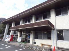 14:46 = 丹沢湖記念館 = 丹沢湖誕生を記念して建てられた多目的施設です。 案内によると、館内では、縄文遺跡出土品・丹沢湖の誕生の写真やビデオの上映を常時行っており、お土産品コーナーや108人収容可能の会議場施設(有料)がご利用できるそうです。  ▼山北町環境整備公社公式サイト。 http://tanzawako-k.sakura.ne.jp/