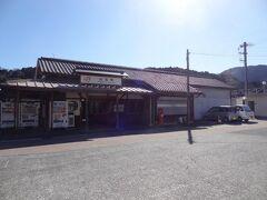 12:55 山北駅も昔ながらの駅舎ですね。  山北駅は御殿場を経由して国府津―沼津間を結ぶ旧東海道本線の駅として明治22年に開業。 箱根越えの重要な駅として機関区が置かれ賑わいましたが、丹那トンネル開通によって昭和9年、東海道線から改称された御殿場線の駅となりました。