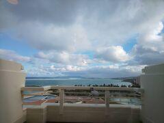 ※シェラトン沖縄サンマリーナリゾート3泊4日・1日目【Marriott Bonvoyプラチャレ宿泊記・7~9泊目】https://4travel.jp/travelogue/11673329 のつづきです※  一夜明けて2020年12月31日大みそか。 昨日よりはだいぶお天気が良さそうでホッとしました。 でも相変わらず風が強く、ホテルのアクティビティ「メガジップ」はこの日も強風のため休止でした。(もしかしたら午後はやっていたのかも。。休止情報はサイトで確認出来るようになっていて数時間ごとに更新されるので便利です)  「メガジップ」について https://sheraton-okinawa.co.jp/activity/outdoor/#megazip