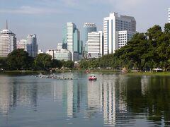 公園の池と高層ビル。