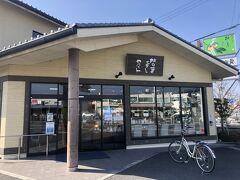 だが、もう一つ重要なのは昼食の確保だ。十津川村内での休憩場所近くにもあるにはあるが、正直あまり期待はできまい。五條バスセンターからすぐの「柿の葉寿司ヤマト五條本店」へ急ぐ。奈良が本場の柿の葉寿司、なかでもヤマトは五條のブランドだ。