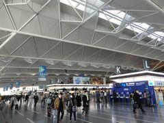 さすが、日本の三大都市の空港だけあって、立派な空港です。  光が差し込んできて、開放的な雰囲気なのが素敵に感じました。  電光掲示板を見ていると、羽田と同じくらいの国際線の便数がありそうですね。  まずは今回も予約していたWifiをレンタル。 保険は事前にネットで申請済みです。