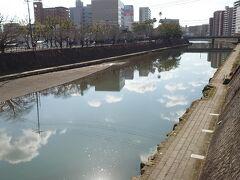 川に空が映ります。