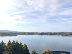 新潟県最大の湖、加茂湖を一望できます。 牡蠣の養殖などが行われているそうです。 牡蠣食べたい・・・・。