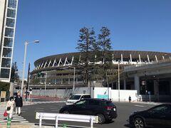 人通りなく静かな通りを道なりに。 新国立競技場が現れます。 大きさに圧倒されました。