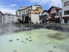 有名な湯畑を目前にして、ようやく草津温泉にきたことを実感!