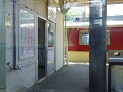 ずっとJR線に乗ったままなんですが、 隣ホームには近鉄の車両です。