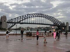 シドニーハーバーブリッジです。雨が降っていましたがあがっていたので最高でした。丁度オペラハウス観光ツアーに行った後に取った写真