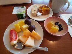 9時過ぎ、朝ごはんに行きました。 この日は、前日にお肉を食べ過ぎたせいか全くお腹が空かず たまご料理などはパス。フルーツ多めの朝食にしました。