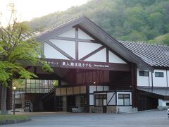 レンタカーで奥入瀬渓流ホテルに到着。 とても静かで、雰囲気の良い場所にあるホテルです。