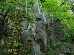 切り立った断崖が、まるで屏風のような姿を現している場所があちこちにありました。