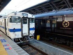 熊本駅に表れる国鉄型のディーゼルカーが三角線。 となりに「ななつぼし」が停まっていますね。