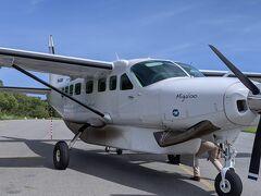 リザート島行き、12人乗りの小さな飛行機。残念な事に、島の滑走路が短いため、これ以上の大きさの飛行機が使えないのだそうです。エンジン一つで、年季も入っております。飛行機などが嫌いな夫には、これがネック、、、。
