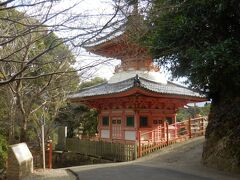 「空鉢護法堂」から赤い鳥居の連なる参道を降りると、信貴山朝護孫子寺の多宝塔。この先は朝護孫子寺の広大な寺域ですが、今回は立ち寄りません。
