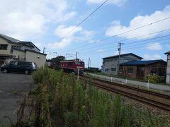 12:50 食事場所に移動してきました。駐車場のすぐそばを電車が通ります。
