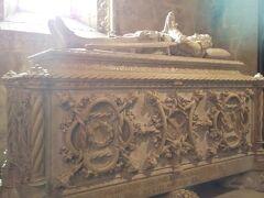 サンタマリア教会はミサ中のためここまでしか入れません。  入るのにもひとりひとり静かにするようになどの注意事項を伝えられ、口頭で同意を求められます。  …英語、半分くらいしか理解できませんでしたが、そんな感じでした。 そっと見学して写真だけ撮らせてもらって出てきました。  こちらはバスコ・ダ・ガマのお墓。