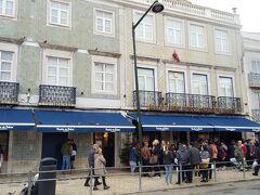 ジェロニモス修道院近くに戻ります。  こちらはエッグタルト(ナタ)で有名なパスティス デ ベレン。 人気店だけあってたくさんの人が並んでいました。