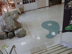 糸魚川駅横にあります。ヒスイが含まれた岩だそうで