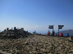 13:13 塔の岳に戻ってきました。相変わらず、風が強かった。富士山も霞がかかってきた。