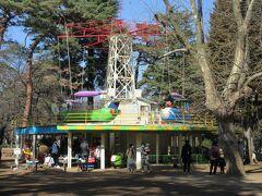 公園内にある児童遊園地。 子どもたちの興奮した声が聞こえてきました。