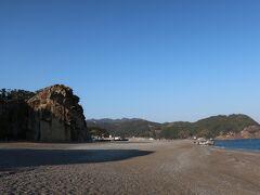 丸い石がゴロゴロしていて、なかなか歩いづらい七里御浜。