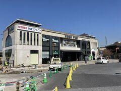 京阪宇治駅、新しい駅舎ですね。 丁度今は周りを整備しているみたいですね。 何となくお茶のテーマパーク的なものが駅と宇治和川の間に建設されているようです。