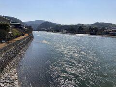 それでは宇治川を渡って平等院へ向かいたいと思います。 本当に温かく春のような陽気、とても気持ちのいいお散歩日和でした!