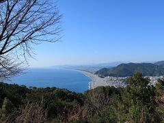 七里御浜が見渡せます。本当に絵はがきのような風景。獅子岩も見えました。
