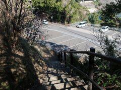 鬼ヶ城駐車場まで出てきました。駐車場側から登るのは階段が結構きつそうです。