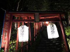 西の河原公園にも向かう。まずは道中の草津穴守稲荷神社。ライトアップがかえって不気味。