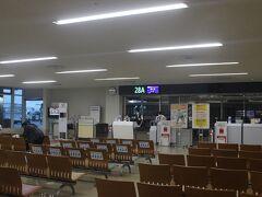 2月14日・日曜日。 那覇空港発7時50分の南大東島行のフライトで出発します。 コミューターなので28番搭乗口からバスでアクセスします。