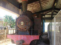 南大東島ではサトウキビ運搬のため島中に軽便鉄道が昭和59年まで網羅されていました。 正式名称は大東糖業砂糖運搬専用軌道、通称「シュガートレイン」です。 平成の直前までこんな戦前のような鉄道が運行されていたのは驚きです。  鉄道紀行作家の第一人者である故宮脇俊三さんも、この鉄道に魅せられ、廃線跡を訪ね歩いた紀行文を書いています(「鉄道廃線跡を歩く」) 文化センターにはその鉄道のDVDや資料が多くあり、今回、私も廃線跡を訪ねました。