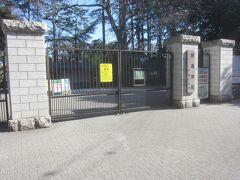 更に進んで行き、新宿御苑の千駄ヶ谷門ですが…  新宿御苑はコロナのために閉園中みたいです