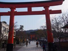 京都駅から奈良線で稲荷へ。 伏見稲荷の門前を通り、京阪電車に乗り換える。
