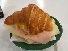 時間あるので駅で朝食。  クロワッサン風ですが、しっとりしたパンです。  ちょっと甘めのパンにチーズとハムの塩気がいい感じ。 ほんとはレタスがほしかったところですが。