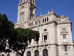 観光に戻ります。  途中で通りかかったポルト市庁舎。  青空に時計台が映えます。