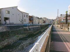 保土ヶ谷駅前の家を出て、保土ヶ谷橋交差点そばのお菓子屋さんの「こけし」で豆大福を購入し、旧東海道を今井川に沿って上ります。
