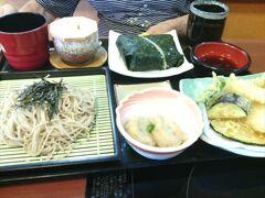 柳川よかもん館で買物をして、次は「さんぞくや」大牟田店へ。ここは以前は「山賊鍋」という店で、形態を定食中心にして「さんぞくや」となり、市内でも人気の店でした。 しかし2020年7月の豪雨災害で浸水し休業、その後復旧を断念して営業終了となってしまいました。 ランチでは殆どの定食類が1,000円未満で食べられ、ボリュームもあって美味しくて、テーブル席からお座敷、小宴会にも利用できる小部屋などもあって、とても利用しやすい食事処でした。  写真は夏季限定の「天ざる蕎麦定食」です。蕎麦の量が多くて、たいていの人はおにぎりを持ち帰っていました。