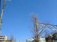 うわ~~今日もいい天気!!線路沿いの坂を上っていきます。