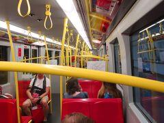 地下鉄車内。明るいです。