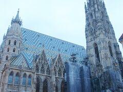 シンボルマークのシュテファン大聖堂。デカイです。
