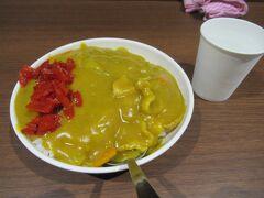 この黄色い色と豚肉、カレーと人参が入った懐かしい感じのカレー、いつ食べても美味しいです。