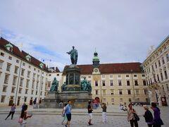 門抜けると現れるのは王宮広場です。1278年に神聖ローマ皇帝ルドルフ1世がウィーンを占領したことから始まるハプスブルク家の歴史。この王宮もそれから1918年までハプスブルク家が増改築を繰り返し、現在の姿になりました。