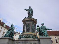 この像はフランツ2世像。ハプスブルク家末期の皇帝で神聖ローマ帝国消滅を宣言し、オーストリア初代皇帝フランツ1世となった皇帝です。