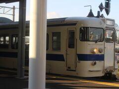 にちりん14号 15:35 鶴崎駅で停まった時~向かいのホームに、車窓から改札口を眺めた佐伯駅行きの電車が見えました。