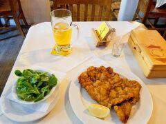 オーストリア料理の店フェルディナント。初日のシメはビールとウィーナーシュニッツェルをオーダー。日本人の口にもあう安定の美味しさでした。