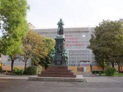アカデミー前はシラー公園。中央にはシラーの記念碑がありました。